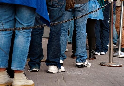 joueurs de loterie faisant la queue